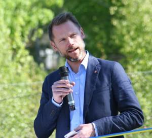 Kommunstyrelsens ordförande Andreas Swahn inviger trädmonumentet